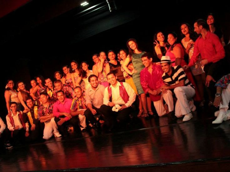 Como parte da programação da Festa Nacional Francesa, o espetáculo de dança do grupo Rosas Dança de Salão é realizado no Paço da Liberdade, com números de bolero, salsa, can can e soltinho, entre outros ritmos