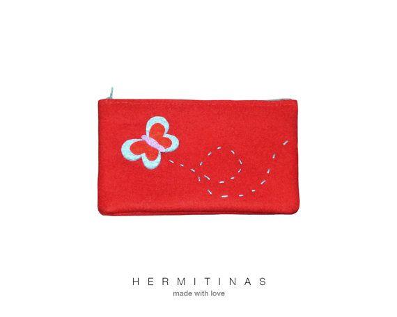 Estuche de tela rojo con aplicación de mariposa. por Hermitinas