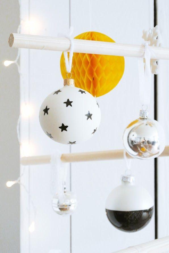 Geef je kerstballen alle aandacht met deze gestileerde boom. Je maakt de ballen in je eigen kleur.
