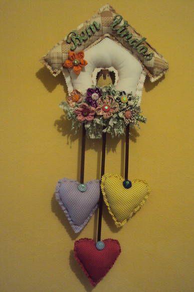 Guirlanda de Boas Vindas confeccionada em tecido de algodão, enfeitada com fuxico, uma corujinha, três corações e com plaquinha de madeira.