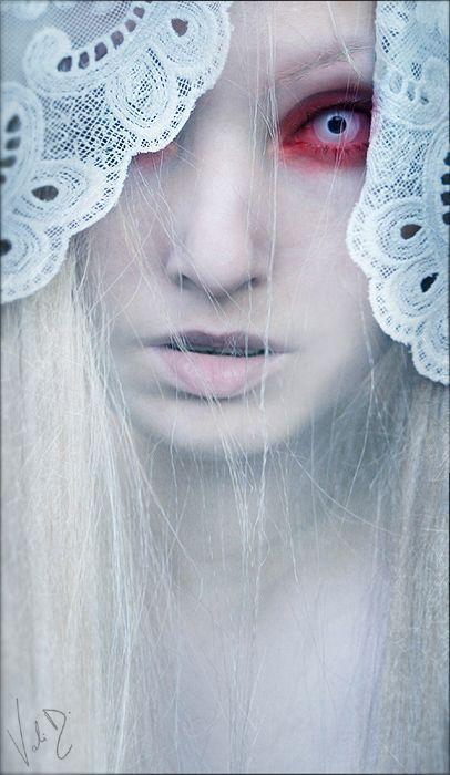 """Alecto ( """"a raiva implacável ou incessante"""") é uma das Erínias, ou Fúrias, na mitologia grega. De acordo com Hesíodo, ela era filha de Gaia fertilizado pelo sangue derramado de Urano quando Cronos castrou-o. Ela é a irmã de Tisiphone (Vingança) e Megera (ciúme)."""