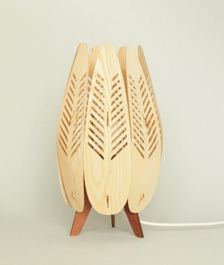 Esta lámpara se diseñó para reutilizar enchapados de madera de descarte. Esta hecha completamente en madera.  La altura es de 35 cm y el diámetro de 18 cm. Viene con cable blanco de 2.00 mts La lampara bajo consumo no esta incluida
