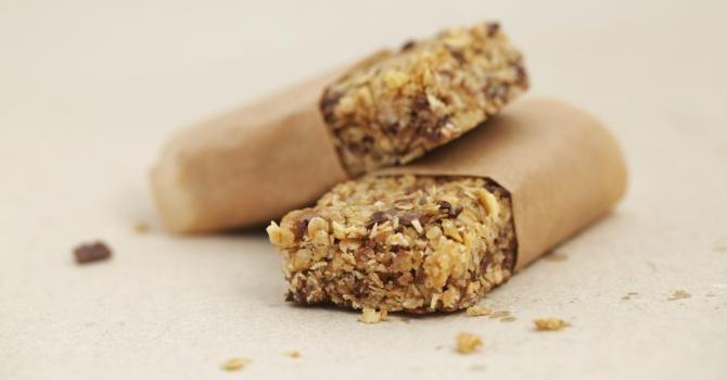 Recette de Barres de céréales minceur aux pépites de chocolat spécial chrono-nutrition. Facile et rapide à réaliser, goûteuse et diététique.