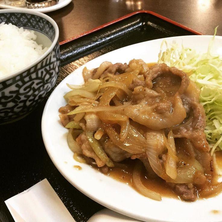 なんの気なしに実家近くの中華料理屋に入ってみました あれ 焼肉定食 最近定食屋でも見かけないあの焼肉定食が中華料理屋に 普段は揚げ物割なやすひさですので焼肉定食食べるのは20年以上振りですがやっぱり焼肉定食は美味かった  #日本唐揚協会 #会長 #理事長  #焼肉定食 #を #20年振り #に #食べて #ちょっと #感動  #でも #やっぱり #唐揚げ #が #好き
