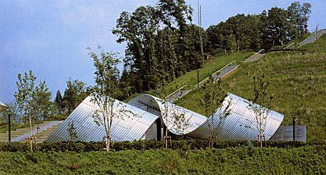 Springtecture H » - Shuhei Endo - 1998.  Public toilets. Halftecture réalisée avec de simples plaques de tôles ondulées continues.