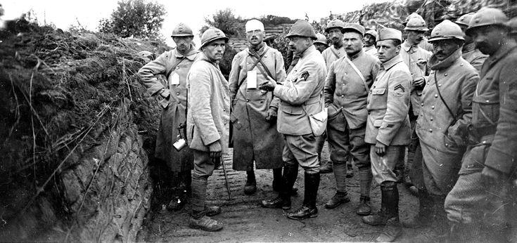 L'état-major anglais prépare une offensive en Flandre (bataille de Passchendaele, 31 juillet-6 novembre 1917).