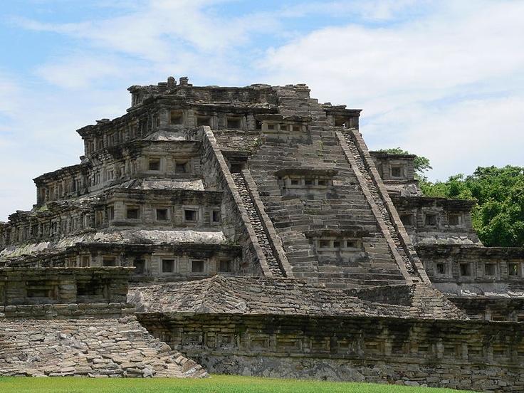 El Tajín es una zona arqueológica precolombina cerca de la ciudad de Papantla, Veracruz, México. La ciudad de Tajín se cree que fue la capital del imperio Totonaca y llegó a su apogeo en la transición al Posclásico conocido también como Período Epiclásico mesoamericano, entre los años 800 y 1150, cuenta con varias Canchas de Pelota y basamentos piramidales.