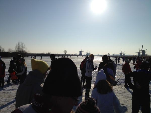 @rdubbelman Stempelpost Kinderdijk. Gezellig druk hier. Slecht ijs op de heenweg #gevallen #Molentocht pic.twitter.com/uy345364