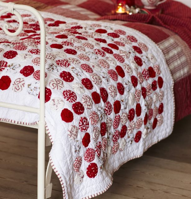 Good idea to applique yo-yo's to a quilt with blanket stitch edging!!!  christmas quilt...yoyo love! #verymerrymodachristmas