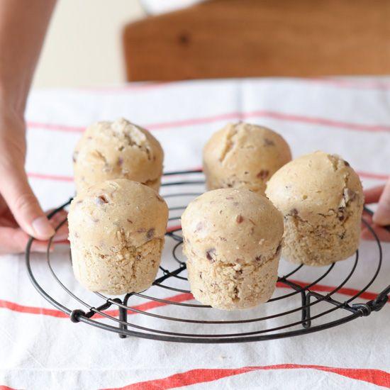 お砂糖も蒸し器もいらない!お手軽パン料理家・熊崎朋子(くまざきともこ)さんに教わる、発酵いらずのクイックブレッドをご紹介しています。本日のレシピは「あんこ蒸しパン」です。