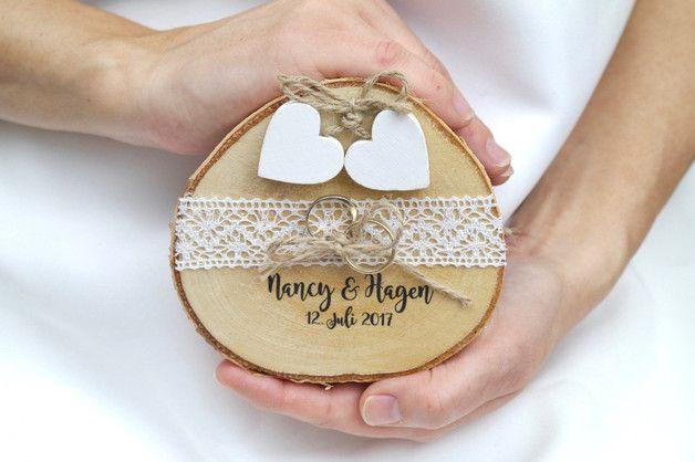 So einzigartig wie Du - Liebevolle Dekorationen für den schönsten Tag im Leben  Das rustikale Ringkissen aus einer Baumscheibe mit weißer Spitze und zwei weißen Holzherzen wird liebevoll von uns...