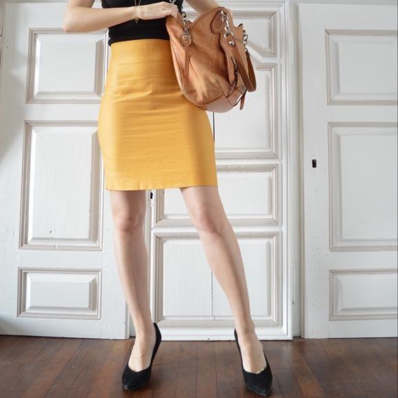 Prépare toi à marquer les esprits avec l'intemporelle jupe crayon ! Le secret pour une grande classe ? Une tenue et des finitions impec' ! Avec la vidéo associée au patron, apprend à poser une enforme à la taille de ta jupe, à réaliser de jolies pinces et à faire une fente pour pouvoir marcher avec aisance (sinon, adieu la classe). Enfin, tu vas devenir la pro d'une technique star de la couture (roulement de tambour) : la pose d'un zip invisible !