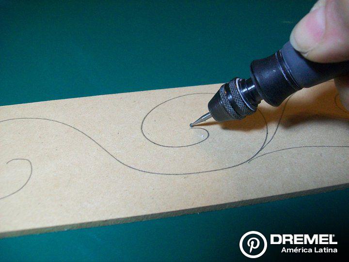Paso 3) Grabar el diseño con la fresa más pequeña (107) y luego tallar en los espacios más grandes con la fresa 192