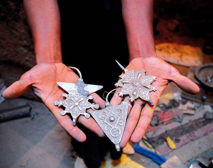 """Typischer Berberschmuck. Solche """"Fibeln"""", dreieckige und kreuzförmige Gewandnadeln, werden in Marokko traditionell wie eine Klammer benutzt. Tücher oder Umhänge werden damit zusammengehalten.   Foto / Text: Sabah Rahmani"""
