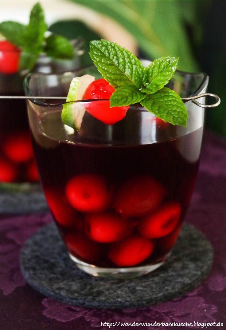Amaretto Kirsch Bowle mit Rotwein und einem Schuss Limette. Süße Bowle ohne den Alkohol zu schmecken.