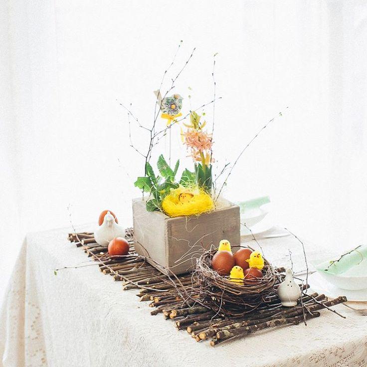 """Мастерская флористики и декора on Instagram: """"Ещё один вариант оформления праздничного стола! Его украшает композиция на дорожке из веток, а яркие акценты расставлены с помощью птенцов,…"""""""