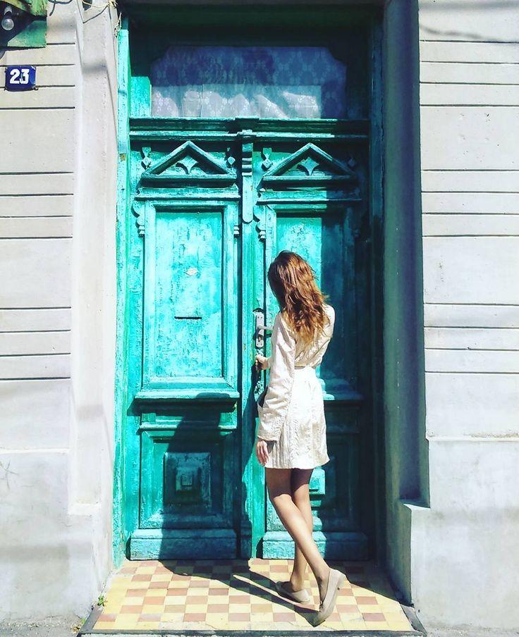 #Старыедвери... Что они хранят, что видели... Сколько рук их открывали и закрывали, сколько пар ног переступали порог... Через сколько времени меня отругают за нарушение неприкосновенности жилища те, кто за ними живет?...))) и мои #худыеноги будут уносить меня прочь с места преступления??)) #tnanoyan_doors #doorsaroundtheworld #doorsandwindows #windowsanddoors #doorporn #doorsondoors #doorsworldwide #doorsofinstagram #doorsonly #ihavethisthingwithdoors #oldarchitecture #olddoors #doorslovers…