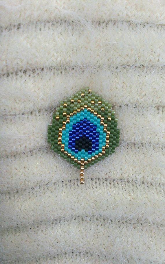 Pluma pavo real tejido en cuentas miyuki PIN. Tamaño total del husillo de 3,5 cm.