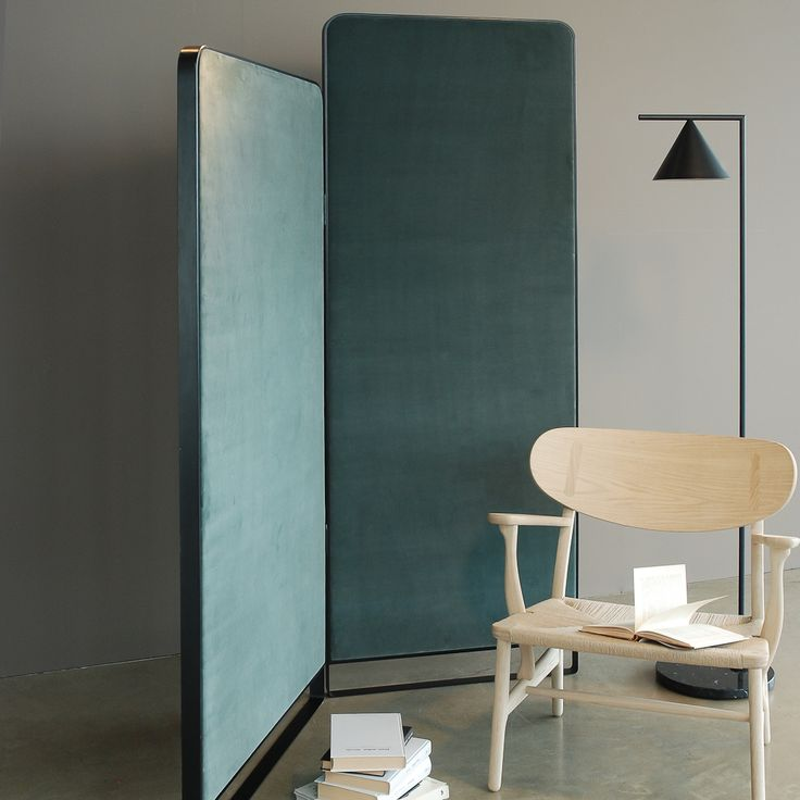 HIDE is a handcraft double height screen. The panels are decorated in the front with the concrete resin technique. The back panels are coated either with pure line or cotton velvet.
