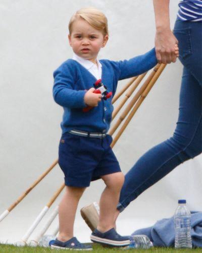 Kate Middleton asistió este domingo al evento en celebración del 75 aniversario de la Fuerza Aérea Real, el cual tuvo sede en Londres. En el marco de esta reunión, la Duquesa de Cambridge reveló que el pequeño príncipe George, de 2 años y medio, quiere ser cadete cuando sea grande. Vistiendo una elegante