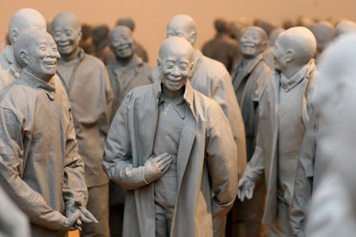 Working primarily with resin, paper mache, and bronze, Spanish sculptor, Juan Muñoz, has shown extensively internationally (including the Guggenheim Museum in New York and Tate Modern in London) creating public and gallery work.