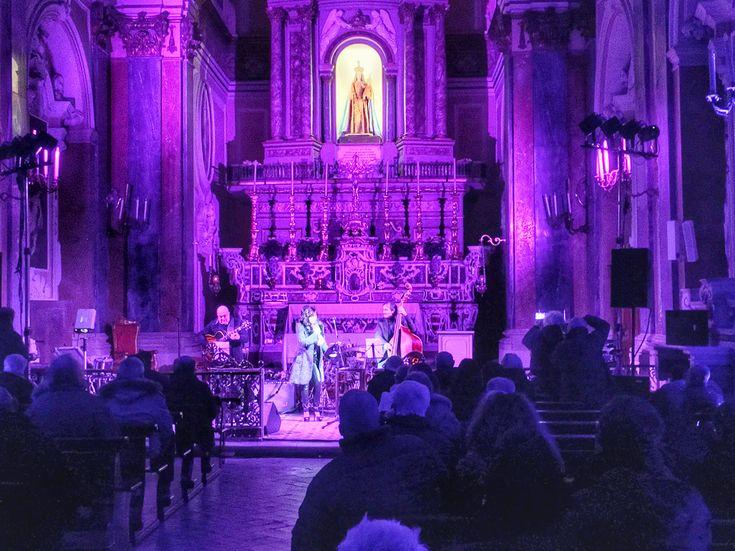 La voce di Virgina Sorrentino, la chitarra di Pietro Condorelli e il contrabbasso di Marco De Tilla per riscaldare una magica, gelida serata