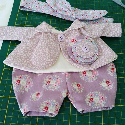 Roupas em tecidos originais da marca Tilda. #dolls #doll #bonecadepano #ilovetilda #tildatoybox #sweetheartdoll #quartodebebe #maternidade #mamaes #mamãeebebê #maedemenina #meninas #brincandodecasinha #futuramamae #instaamigas