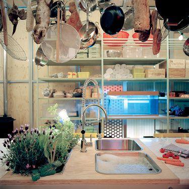 keukenblad en hangende pannen