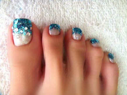 Blue-white glitter toenails