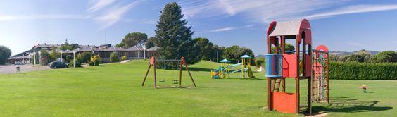 Montanyà Hotel & Lodge. Perfecto para ir con niños. Hay piscina de verano e invierno, columpios, actividades para niños, buffet libre con comida que le gusta a los peques, aparcamiento gratuito, opción de habitación o apartamentos con cuna...