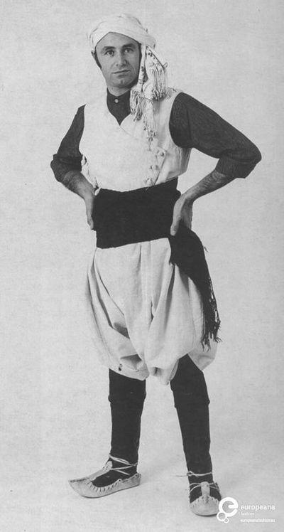 """Κεχαγιάδες"""". Ανδρική φορεσιά από τη Λήμνο με το χαρακτηριστικό λευκό χρώμα. Ημερομηνία: Late 19th c.   Ημερομηνία δημιουργίας: 1800/1899  Συλλέκτης: Peloponnesian Folklore Foundation   Ίδρυμα: Europeana Fashion"""