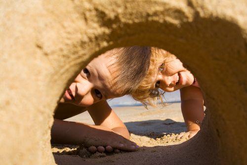 Giochi sulla spiaggia per bambini - tante idee e consigli per divertirci con i bambini sulla spiaggia in relax e sicurezza da fare anche con i più piccoli.