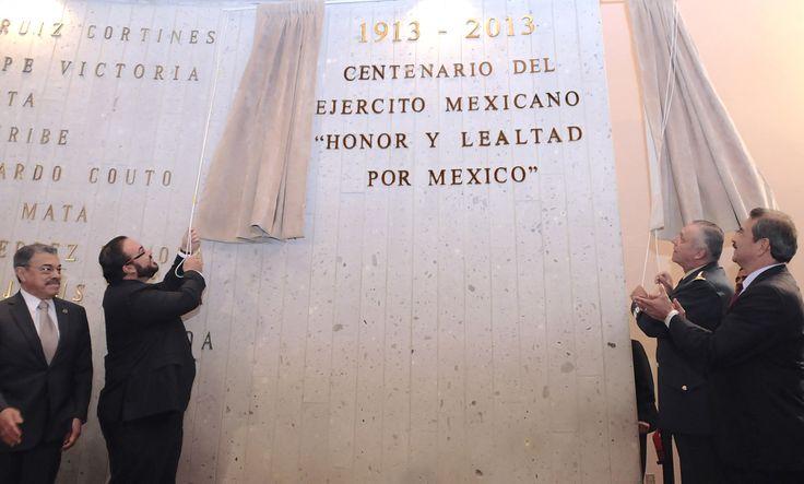 """Javier Duarte de Ochoa, acompañado del titular de Sedena, fueron los encargados de develar la frase """"1913-2013 Centenario del Ejército Mexicano Honor y Lealtad por México"""", inscrita con letras de oro el Congreso del Estado."""