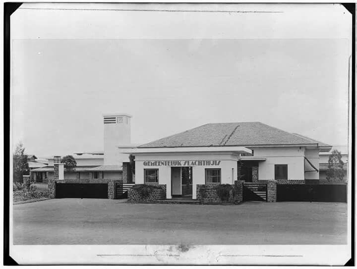 Slachthuisproducten. Hoofdingang met administratiegebouw van het Gemeentelijk Slachthuis te Bandoeng. Between 1900 and 1939