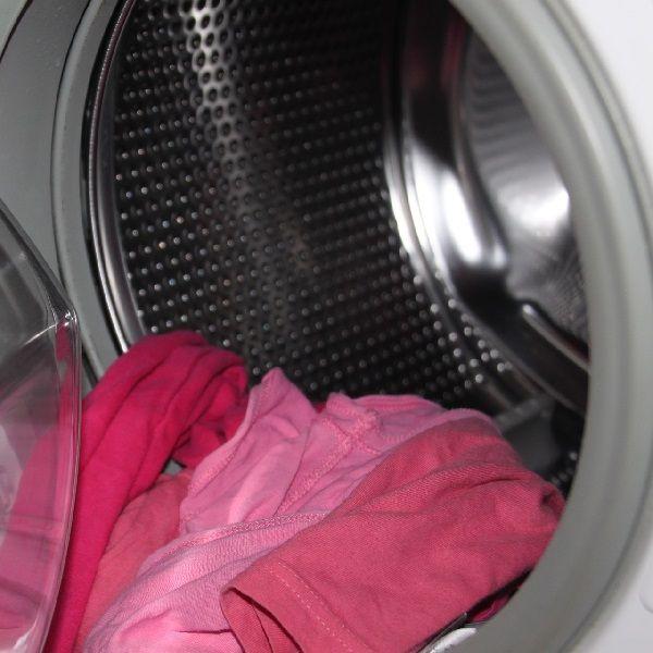 Tu lavadora y tu ropa contaminan. Los principales contaminantes del mar salen de nuestra lavadora, van a los ríos y de ahí al mar.