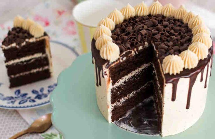 ¿Sabes cómo hacer una tarta de moca y chocolate? La combinación de café y chocolate es muy conocida, por eso me parece una idea estupenda para disfrutar en una tarta como esta, con un bizcocho de chocolate esponjoso y tierno. Todo eso acompañado de una buttercream de café y una ganache de chocolate