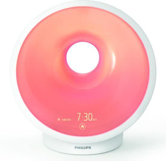 Een bijzonder product dat alles te maken heeft met dag- en nachtritme. Philips maakt er serieus werk van op de afdeling die ook de Energy Up lampen levert, de befaamde en testwinnende blauwe lampen voor herstel van je dagritme en/of tegen de herfstdip of winterblues. Deze klokradio kan zonsopgang maar ook de zonsondergang simuleren. Hij kan je helpen met je ademhaling en met yogaoefeningen, kan ook nog je telefoon opladen, usb poort en heeft een nachtlichtfunctie.