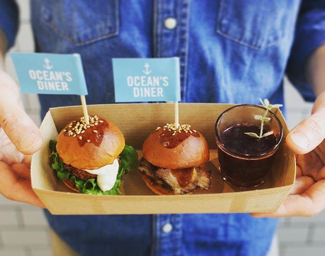 PENT HOUSE (@penthouse_aomr) on Instagram: 【一夜限りのミニバーガー登場】 OCEAN'S DINERからのお知らせです。 明日25日のバル街にてミニバーガー2種類とワンショットドリンクのセットをご用意致しました。 見た目にもとても可愛い2種のミニバーガー1つ目はスモークBBQブリスケットバーガー。ブリスケットとは牛肩バラ肉のことで、低温で時間をかけて調理されたお肉。ジューシーでスモークフレーバーがお肉の旨味を引き出してくれます。 2つ目はホタテバーガー、もちろん青森県産を使用してます! ホタテと衣のサクサクとタルタルソースは鉄板です。 ワンショットドリンクはサングリア、ビール、ソフトドリンクの中から選ぶことができます。 ぜひ可愛いミニバーガーを食べにいらして下さい。 ただし、数量限定となるため気になる方は売り切れる前にどうぞ! 16時からのスタートです! #oceansdiner #ペントハウス #coffemangood #青森バル街 #ミニバーガー