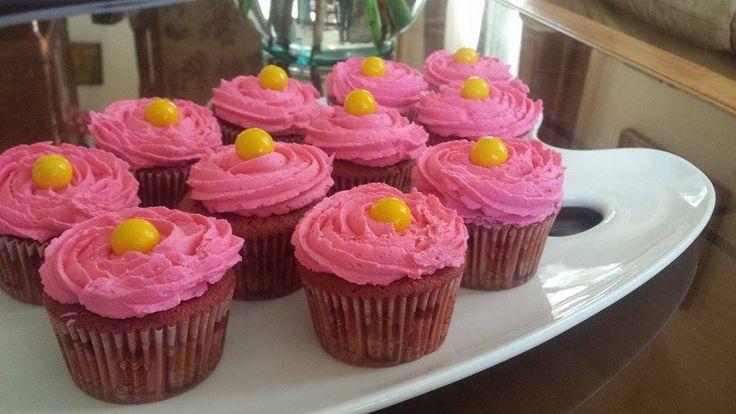 Cupcakes de red velvet con cobertura de buttercream color rosada con adorno de chicle #cupcakes #buttercream #rosa #pink #reposteria #cute #yum #yummy #tasty #sweet #cakes #colours #colorfull #dulce #candy #princess #jotacakes
