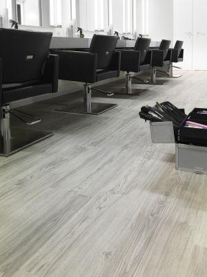 Belakos PVC   Textura+  Voel de structuur van hout en de prettige warmte van PVC. Geschikt voor interieur, winkels, kapsalons, restaurants etc.