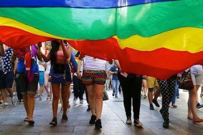 Denuncian complicidad de la policía de Alicante a ataques homófobos. Víctimas de ataques homófobos denuncian la complicidad de la Policía Local de Teulada (Alicante) frente a una agresión con antecedentes. Roberto Jara | Izquierda Diario, 2017-07-24 http://www.laizquierdadiario.es/La-Policia-Local-desatiende-una-denuncia-de-agresion-homofoba-en-Alicante?id_rubrique=2653