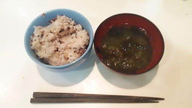 18穀米と、とろろ昆布汁。なんだ、このマクロビのような食物は。とろろ昆布汁はとろろ昆布にお湯をかけて蕎麦つゆで味付けする。 Cereals rice and a tangle flakes stew. Macrobiotic food. The tangle flakes stew sprinkles hot water to tangle flakes and seasons it with soba soup. http://www.bad-food.kandamori.net/2017/03/blog-post_12.html #朝食 #夕食 #昼食 #ランチ #グルメ #ディナー #食事 #料理 #食料 #食べ物 #ご飯 #Breakfast #dinner #lunch #gourmet #meal #Dish #food #rice #cook #cooking