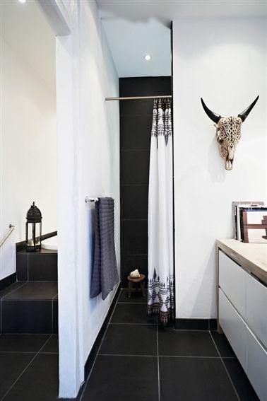 Naja Munthe - lækker sort badeværelse. Samme fliser på gulv og i bruseniche.