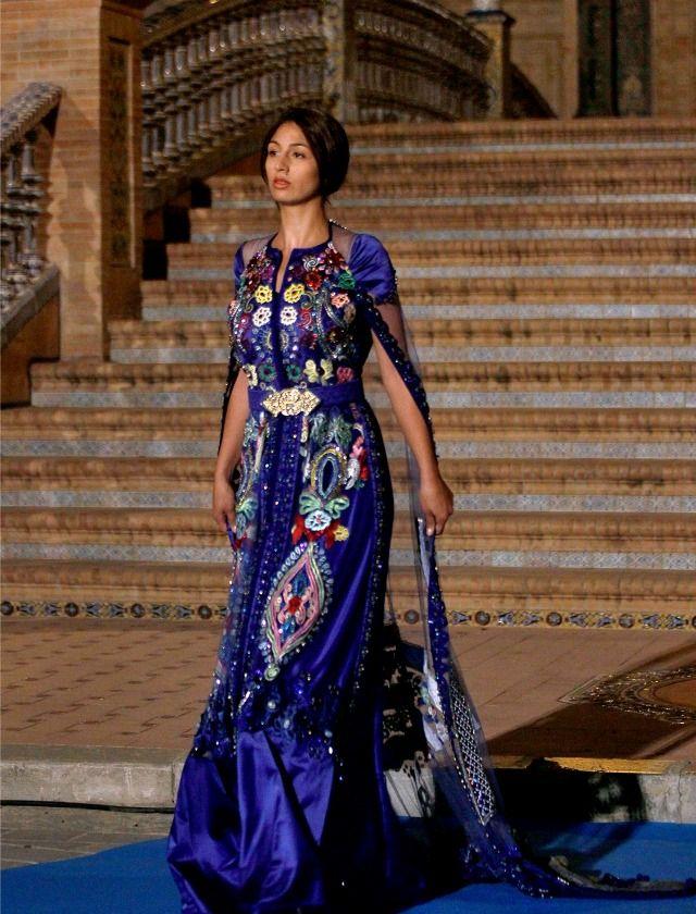 La caída de los tejidos y el gusto por el punto sexy convierten los caftanes en auténticas joyas.  J.M.Serrano.