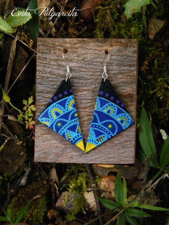 Leather hand painted earrings, evita pulgarcita, zentangle