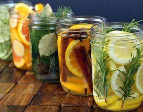 Natuurlijke luchtverfrisser op basis van citrusschillen, kruiden en water. Deze mengsels in glazen potjes op de verwarming of in vuurvaste schaaltjes boven een theelichtje verfrissen de ruimte op natuurlijke wijze.