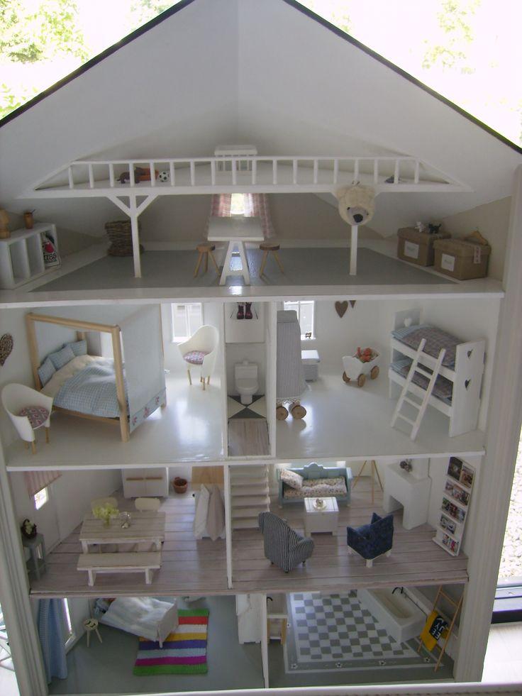 Groot wit poppenhuis met gave meubels/inrichting