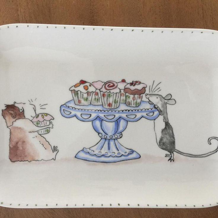 Nu nog een cake bakken …… #lief#servies#handbeschilderd#cadeau#porselein#cavia#muis#taart#snoepen#lekker#uniek#cake#handmade#sweet#lovely#plate#origineel#opjebordje.nl