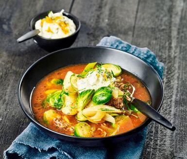 Värm dig med Nikkalouktasoppa som är en härlig matig soppa som passar perfekt på hösten och vintern. Denna Nikkalouktasoppa är gjord på brysselkål och köttfärs och toppas med apelsin och persiljekräm. Serveras rykande varm i fina skålar.