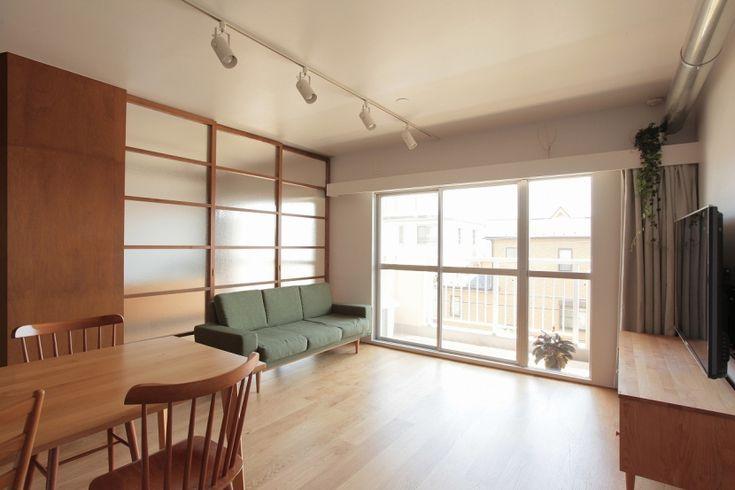 部屋の仕切りを引込戸とすることで、通風や採光を確保しながら、回遊性の高い空間に変えました。 将来、家族の変化に応じて2部屋に仕切ることが出来る寝室、LDKと一体で使える部屋を設けて、簡単に間取りの変更ができます。 収納や水廻りが入った箱を緩やかに配置して回遊性があってすべての部屋が緩やかにつながる、家族の成長とともに変化できる自由な家です。 専門家:須藤剛が手掛けたマンションリノベーション・リフォーム住宅事例:家族の成長とともに変化できる自由な家(武蔵浦和のリノベーション)のページ。新築戸建、リフォーム、リノベーションの事例多数、SUVACO(スバコ)